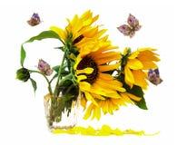 Κίτρινα λουλούδια στο βάζο και τη floral πεταλούδα Στοκ Φωτογραφία