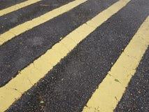 Κίτρινα οδικά σημάδια λωρίδων στο δρόμο Στοκ Φωτογραφία