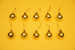 Κίτρινα παιχνίδια χριστουγεννιάτικων δέντρων σχεδιαγράμματος στο κίτρινο υπόβαθρο στοκ φωτογραφίες
