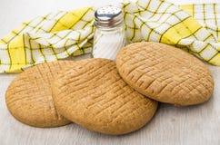 Κίτρινα πετσέτα, σίκαλη flatbreads και άλας στον πίνακα στοκ εικόνα