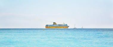 Κίτρινα πορθμεία της Corsica Ferries Σαρδηνία πορθμείων επιβατών στοκ φωτογραφία