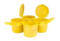 Κίτρινα πλαστικά κοινά κιβώτια που τίθενται με το ψαλίδισμα της πορείας Στοκ Φωτογραφίες