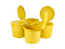 Κίτρινα πλαστικά κοινά κιβώτια που τίθενται με το ψαλίδισμα της πορείας Στοκ Εικόνες