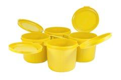 Κίτρινα πλαστικά κοινά κιβώτια που τίθενται με το ψαλίδισμα της πορείας Στοκ εικόνες με δικαίωμα ελεύθερης χρήσης