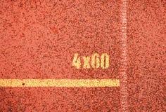 Κίτρινα σημάδια Άσπρες γραμμές και σύσταση του τρεξίματος της πίστας αγώνων, κόκκινες πίστες αγώνων στο υπαίθριο στάδιο Στοκ Φωτογραφίες