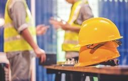 Κίτρινα σκληρά καπέλα κρανών ασφάλειας για το πρόγραμμα ασφάλειας του εργάτη όπως Στοκ Εικόνα