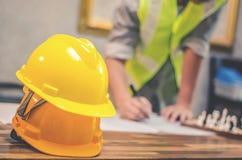 Κίτρινα σκληρά καπέλα κρανών ασφάλειας για το πρόγραμμα ασφάλειας του εργάτη όπως Στοκ Εικόνες