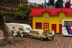 Κίτρινα σουηδικά σπίτι και αυτοκίνητο με το τροχόσπιτο φιαγμένο από Lego στοκ εικόνες με δικαίωμα ελεύθερης χρήσης