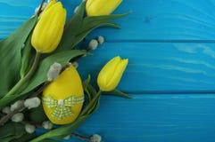 Κίτρινα τουλίπες και αυγό Στοκ εικόνες με δικαίωμα ελεύθερης χρήσης