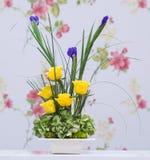 Κίτρινα τριαντάφυλλα και μπλε ανθοδέσμη ίριδων Στοκ φωτογραφίες με δικαίωμα ελεύθερης χρήσης