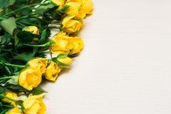 Κίτρινα τριαντάφυλλα σε ένα ελαφρύ ξύλινο υπόβαθρο Ημέρα Women s, Valenti Στοκ φωτογραφία με δικαίωμα ελεύθερης χρήσης