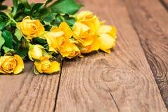 Κίτρινα τριαντάφυλλα σε ένα ξύλινο υπόβαθρο Ημέρα Women s, βαλεντίνοι DA Στοκ Εικόνες