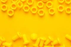 Κίτρινα τρισδιάστατα τυπωμένα μπουλόνια και καρύδια Στοκ φωτογραφία με δικαίωμα ελεύθερης χρήσης