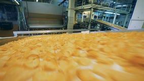 Κίτρινα τσιπ που μεταφέρονται σε έναν μεταφορέα εργοστασίων σε μια δυνατότητα τροφίμων απόθεμα βίντεο
