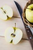 Κίτρινα υγρά φρέσκα μήλα σε ένα ψάθινο καλάθι Στοκ φωτογραφία με δικαίωμα ελεύθερης χρήσης