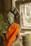 Κίτρινα υφάσματα γύρω από το Βούδα στο ναό Angkor Wat, Καμπότζη Στοκ εικόνες με δικαίωμα ελεύθερης χρήσης
