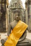Κίτρινα υφάσματα γύρω από το Βούδα στο ναό Angkor Wat, Καμπότζη Στοκ φωτογραφίες με δικαίωμα ελεύθερης χρήσης