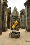 Κίτρινα υφάσματα γύρω από το Βούδα στο ναό Angkor Wat, Καμπότζη Στοκ φωτογραφία με δικαίωμα ελεύθερης χρήσης