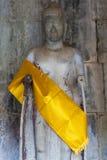 Κίτρινα υφάσματα γύρω από το Βούδα στο ναό Angkor Wat, Καμπότζη Στοκ Φωτογραφία