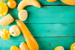 Κίτρινα φρούτα και λαχανικά σε ένα τυρκουάζ ξύλινο υπόβαθρο Ζωηρόχρωμη εορταστική ακόμα ζωή Στοκ εικόνα με δικαίωμα ελεύθερης χρήσης