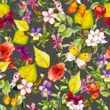 Κίτρινα φύλλα, λουλούδια, πεταλούδες Φθινόπωρο που επαναλαμβάνει το floral υπόβαθρο watercolor Στοκ εικόνες με δικαίωμα ελεύθερης χρήσης