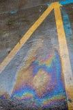 Κίτρινα λωρίδες μόλυνσης οδικού πετρελαίου Στοκ φωτογραφία με δικαίωμα ελεύθερης χρήσης