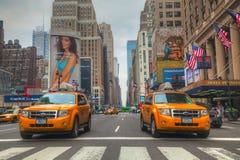 Κίτρινα taxis στην οδό πόλεων της Νέας Υόρκης Στοκ φωτογραφία με δικαίωμα ελεύθερης χρήσης