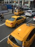 Κίτρινα taxis όλα σε μια σειρά Νέα Υόρκη Στοκ εικόνα με δικαίωμα ελεύθερης χρήσης
