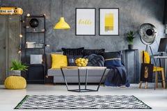 Κίτρινες εμφάσεις στο δωμάτιο εφήβων ` s Στοκ Εικόνες