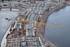 Κίτρινες εργασίες γερανών πύργων Liebherr για την κατασκευή της γέφυρας Στοκ εικόνα με δικαίωμα ελεύθερης χρήσης