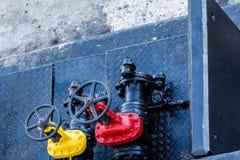 Κίτρινες και κόκκινες βαλβίδες Στοκ εικόνα με δικαίωμα ελεύθερης χρήσης
