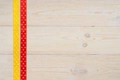 Κίτρινες και κόκκινες κορδέλλες σημείων Πόλκα Στοκ φωτογραφία με δικαίωμα ελεύθερης χρήσης