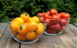 Κίτρινες και κόκκινες ντομάτες στην ξύλινη επιφάνεια στοκ φωτογραφίες