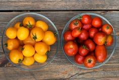 Κίτρινες και κόκκινες ντομάτες στην ξύλινη επιφάνεια Στοκ Εικόνα