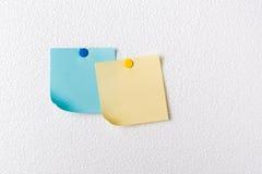Κίτρινες και μπλε σημειώσεις εγγράφου για το πιάτο αφρού Στοκ Φωτογραφία