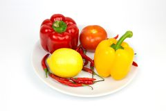 Κίτρινες κόκκινες πάπρικα και ντομάτα πάπρικας πάπρικας πάπρικας λεμονιών στο α Στοκ εικόνα με δικαίωμα ελεύθερης χρήσης