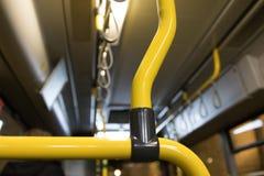 Κίτρινες λαβές μέσα σε ένα λεωφορείο Στοκ εικόνες με δικαίωμα ελεύθερης χρήσης