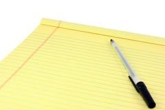 Κίτρινες νομικές μαξιλάρι και πέννα Στοκ Εικόνα