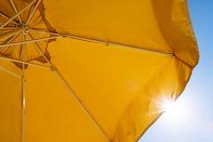 Κίτρινες ομπρέλα και ακτίνες του ήλιου Στοκ εικόνες με δικαίωμα ελεύθερης χρήσης