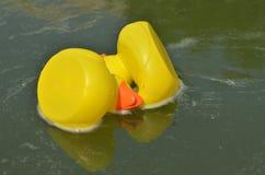 Κίτρινες πάπιες παιχνιδιών στο νερό Στοκ Εικόνα
