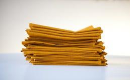 Κίτρινες πετσέτες που απομονώνονται στο άσπρο υπόβαθρο στοκ εικόνα