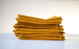 Κίτρινες πετσέτες που απομονώνονται στο άσπρο υπόβαθρο στοκ εικόνες