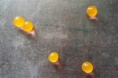 Κίτρινες σφαίρες στην γκρίζα επιφάνεια στοκ εικόνα