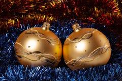 Κίτρινες σφαίρες Χριστουγέννων με tinsel χρώματος Στοκ εικόνα με δικαίωμα ελεύθερης χρήσης