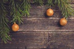 Κίτρινες σφαίρες Χριστουγέννων στο ξύλινο υπόβαθρο στοκ φωτογραφία με δικαίωμα ελεύθερης χρήσης