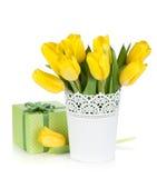 Κίτρινες τουλίπες σε ένα κιβώτιο βάζων και δώρων Στοκ φωτογραφίες με δικαίωμα ελεύθερης χρήσης