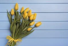 Κίτρινες τουλίπες στους μπλε πίνακες Στοκ εικόνα με δικαίωμα ελεύθερης χρήσης