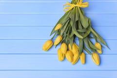 Κίτρινες τουλίπες στους μπλε πίνακες Στοκ εικόνες με δικαίωμα ελεύθερης χρήσης