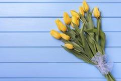 Κίτρινες τουλίπες στους μπλε πίνακες Στοκ Φωτογραφία