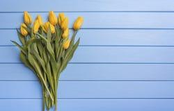 Κίτρινες τουλίπες στους μπλε πίνακες Στοκ φωτογραφίες με δικαίωμα ελεύθερης χρήσης